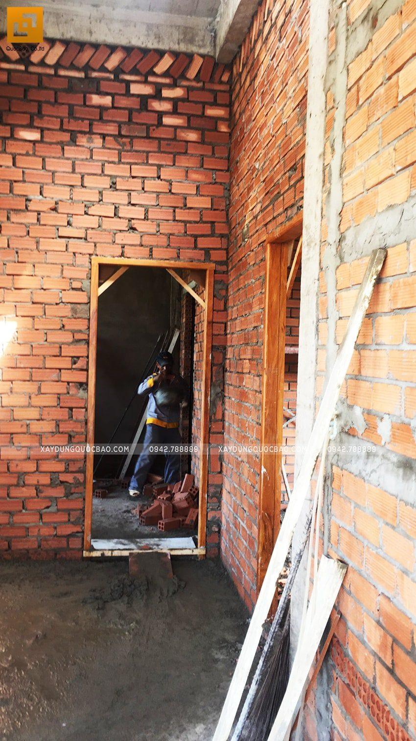 Công nhân xây tường ngăn các phòng - Ảnh 4