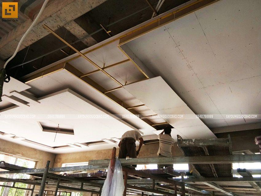 Đội lắp đặt thi công trần thạch cao đang thi công tạo hình khối trang trí - Ảnh 2