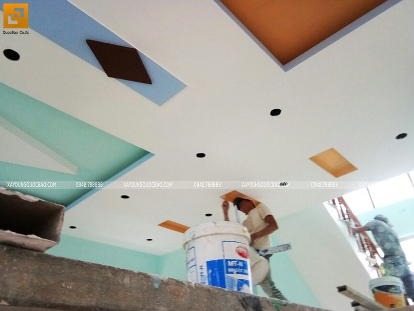 Công tác lăn sơn nước trang trí nội thất trần và tường nhà