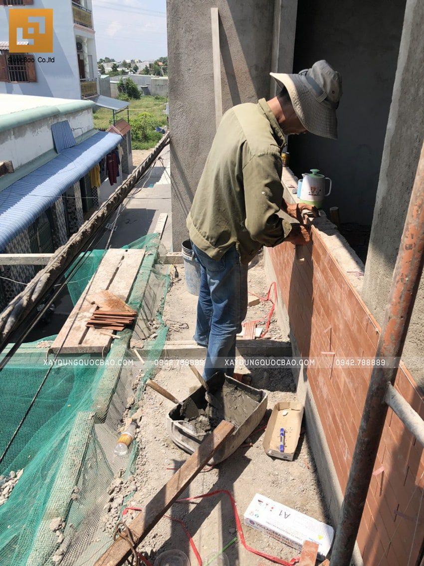 Công tác ốp gạch những mảng tường ở mặt tiền tạo điểm nhấn cho căn nhà - Ảnh 1