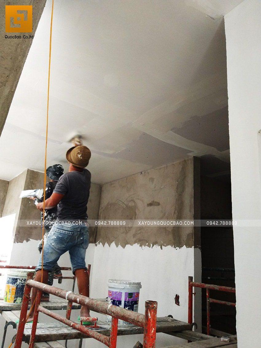 Thi công trét bả matic tạo mặt phẳng để lăn sơn nước