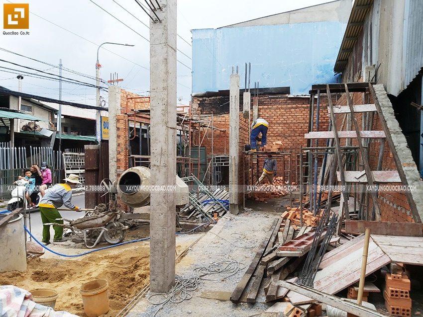 Công nhân xây các bức tường ở tầng trệt