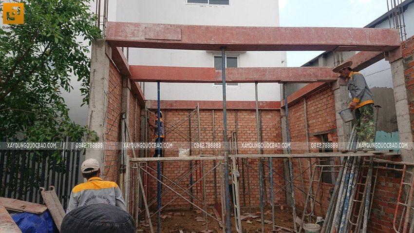 Lắp dựng ván khuôn cofa dầm tầng trệt - Ảnh 1