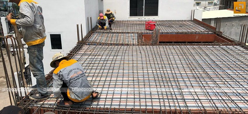 Công nhân thi công đan lắp cốt thép dầm, sàn lầu 1