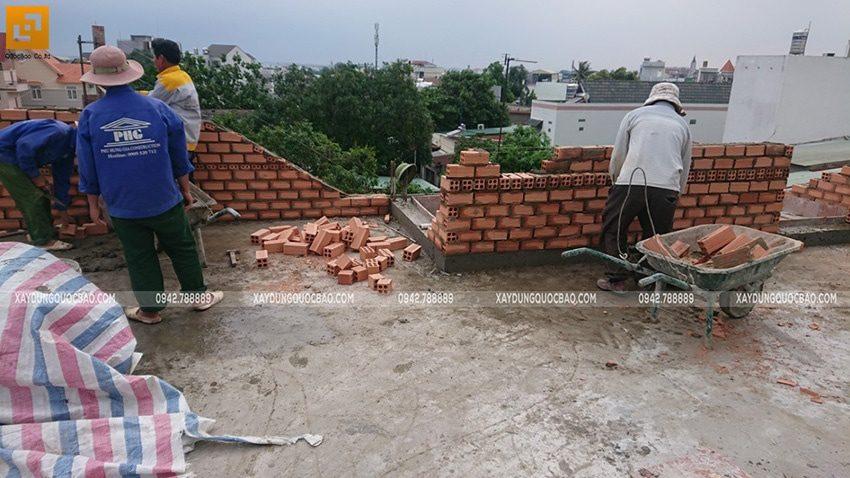 Công nhân thi công phần mái của biệt thự Nhật Bản