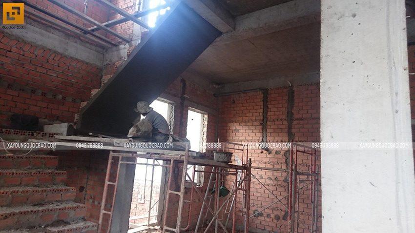 Công nhân thi công tô trát xi măng khu vực cầu thang
