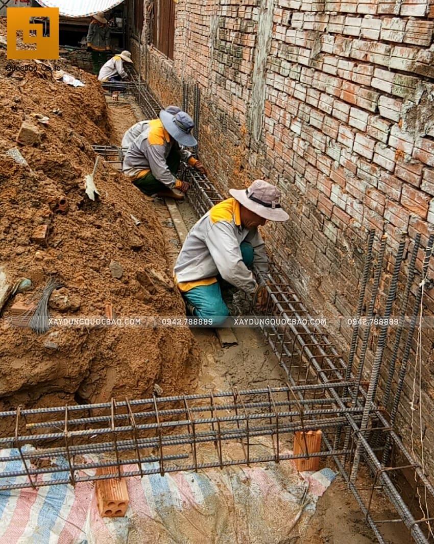 Công nhân đan cốt thép dầm móng nhà 3 tầng