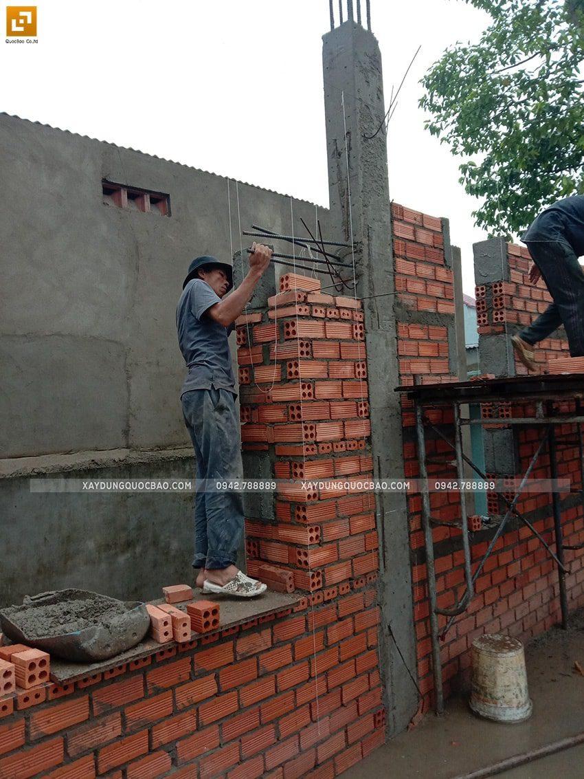 Công nhân thi công xây tường gạch tầng trệt - Ảnh 2