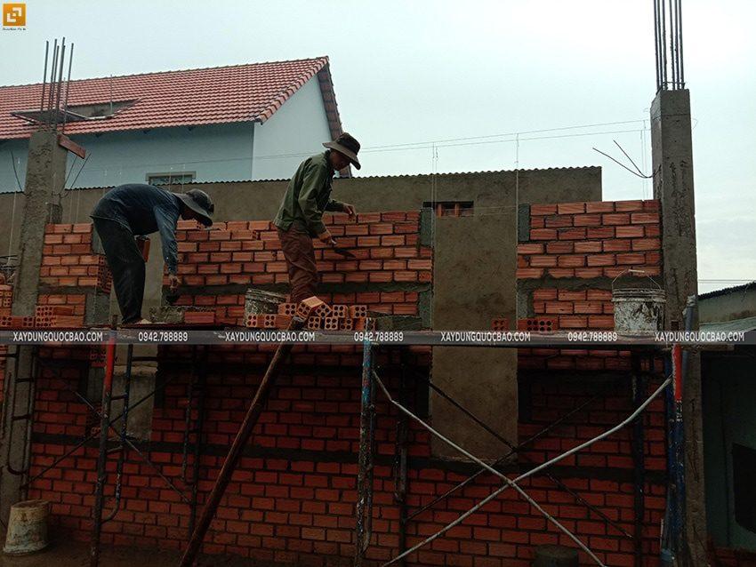 Công nhân thi công xây tường gạch tầng trệt - Ảnh 3