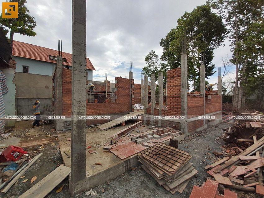 Công nhân thi công xây tường gạch tầng trệt - Ảnh 1