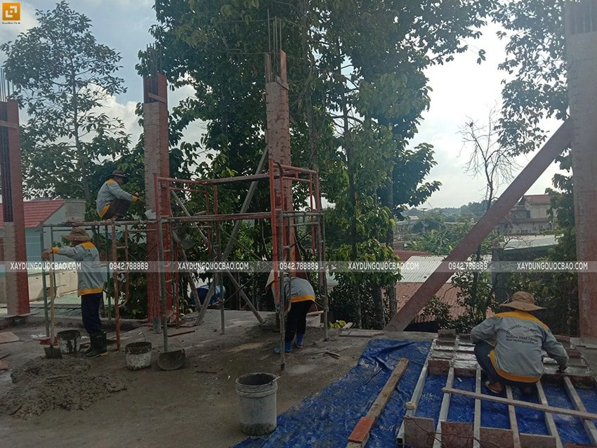 Đổ bê tông cột, trụ tầng trệt - Ảnh 1