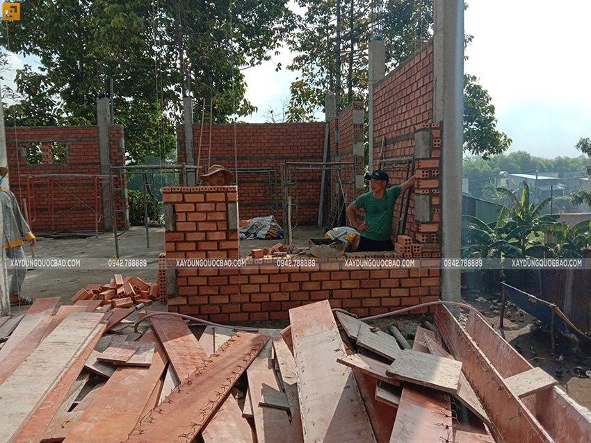 Công nhân thi công xây tường gạch tầng trệt - Ảnh 4