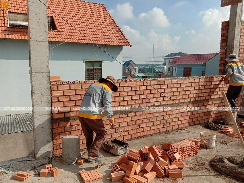 Công nhân thi công xây tường gạch ở lầu 1 - Ảnh 1