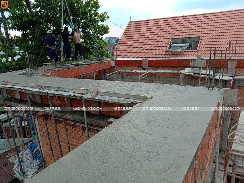 Sau khi đổ bê tông, đội thi công sẽ tiến hành bảo dưỡng