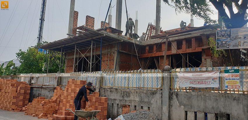 Công nhân đang xây tường ngăn tại lầu 1 - Ảnh 1