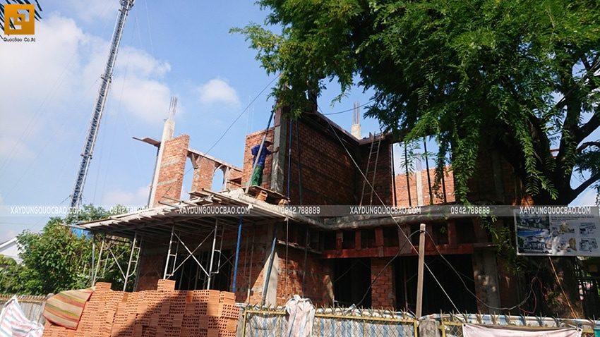 Công nhân đang xây tường ngăn tại lầu 1 - Ảnh 2
