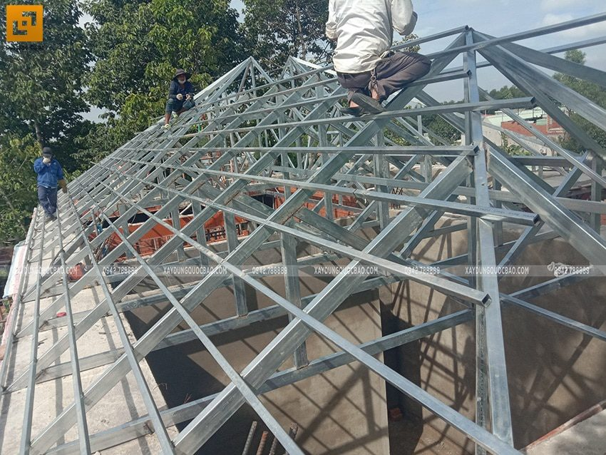 Công đoạn lắp đặt khung thép mái ngói - Ảnh 2