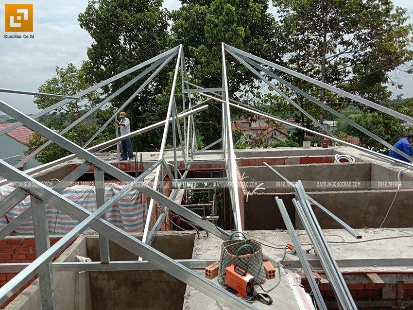 Công đoạn lắp đặt khung thép mái ngói - Ảnh 1