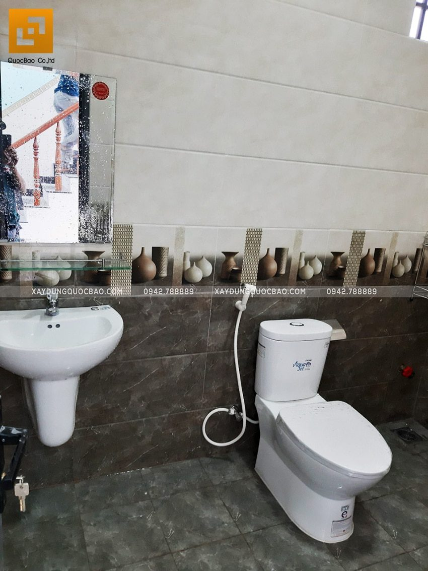 Phòng vệ sinh tại tầng trệt đã hoàn thiện