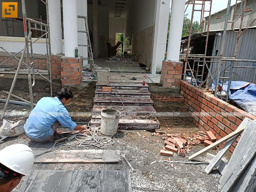 Thi công bậc tam cấp trước hiên nhà