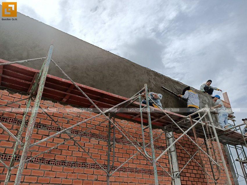 Công nhân thi công tô trát tường bên ngoài - Ảnh 1