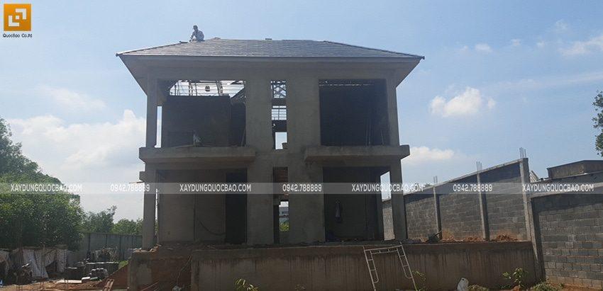 Thi công lắp đặt khung thép mái ngói của biệt thự - Ảnh 3