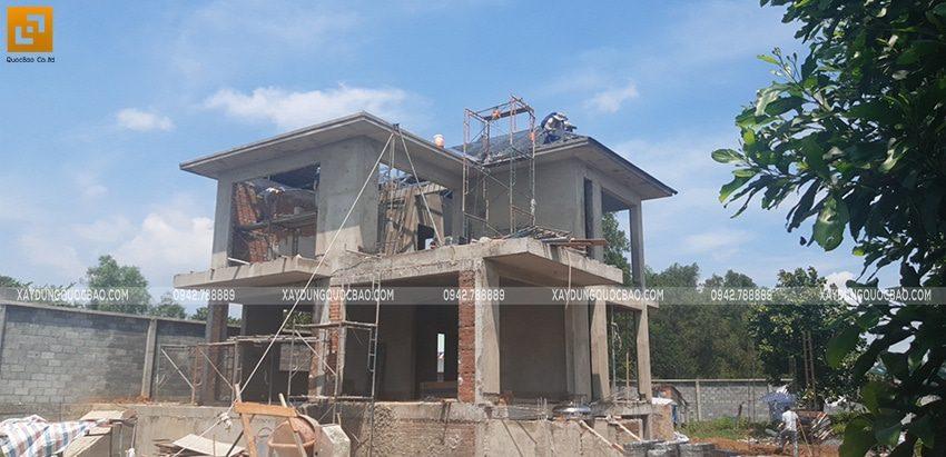 Thi công lắp đặt khung thép mái ngói của biệt thự - Ảnh 1