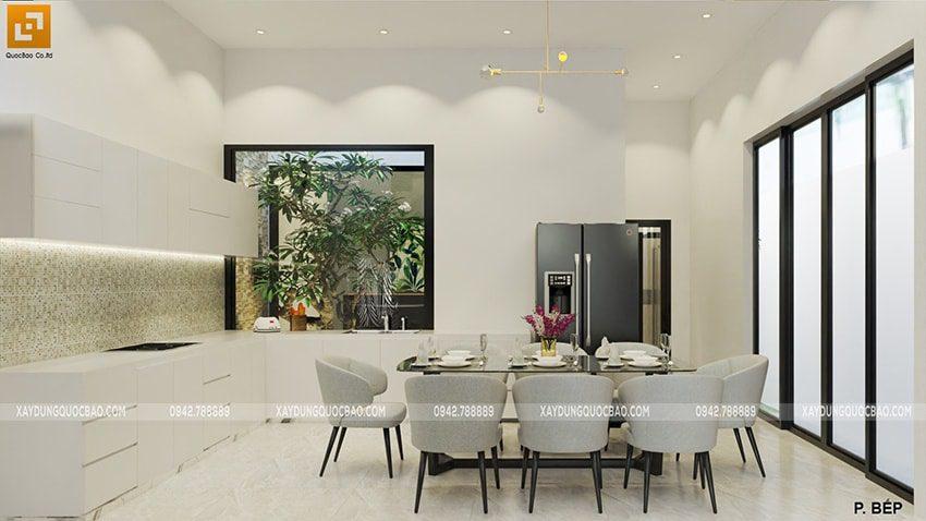Phòng bếp và phòng ngủ tại tầng trệt có không gian giếng trời trồng cây xanh và lấy sáng