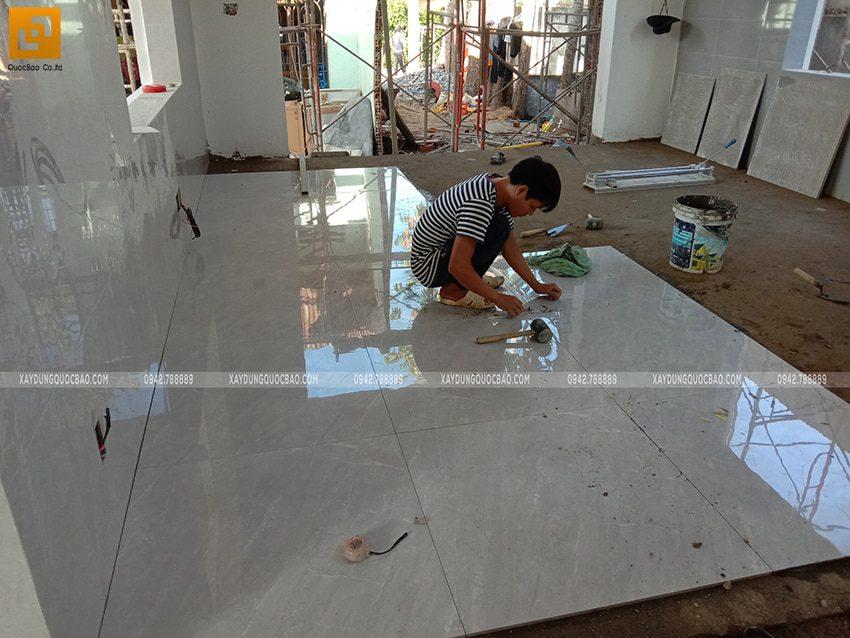Công nhân ốp lát gạch những khu vực bên trong nhà - Ảnh 1