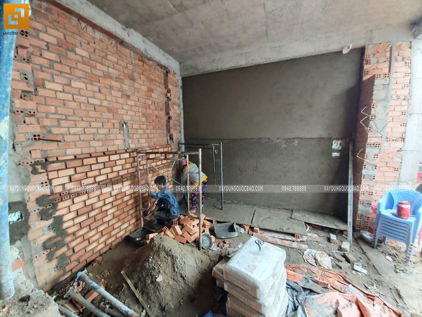 Công nhân tô trát xi măng các bức vách tường