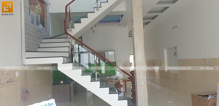 Cầu thang được lắp kính cường lực sang trọng và hiện đại