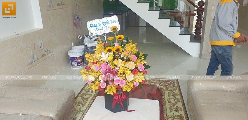 Đại diện công ty Quốc Bảo đến tặng hoa cho gia chủ - Ảnh 1