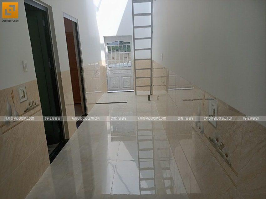 Hành lang dẫn qua các phòng ngủ tại lầu 1