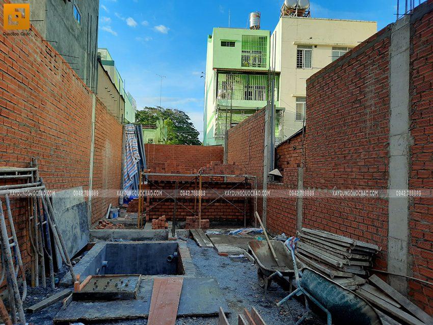 Công nhân xây tường bao, tường ngăn ở tầng trệt - Ảnh 4