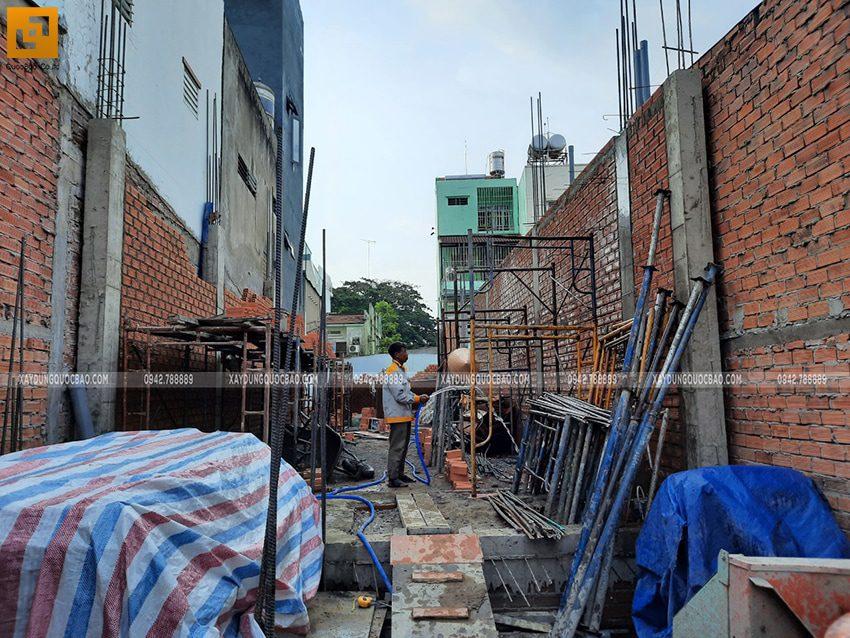 Công nhân xây tường bao, tường ngăn ở tầng trệt - Ảnh 3