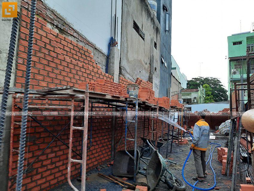 Công nhân xây tường bao, tường ngăn ở tầng trệt - Ảnh 2