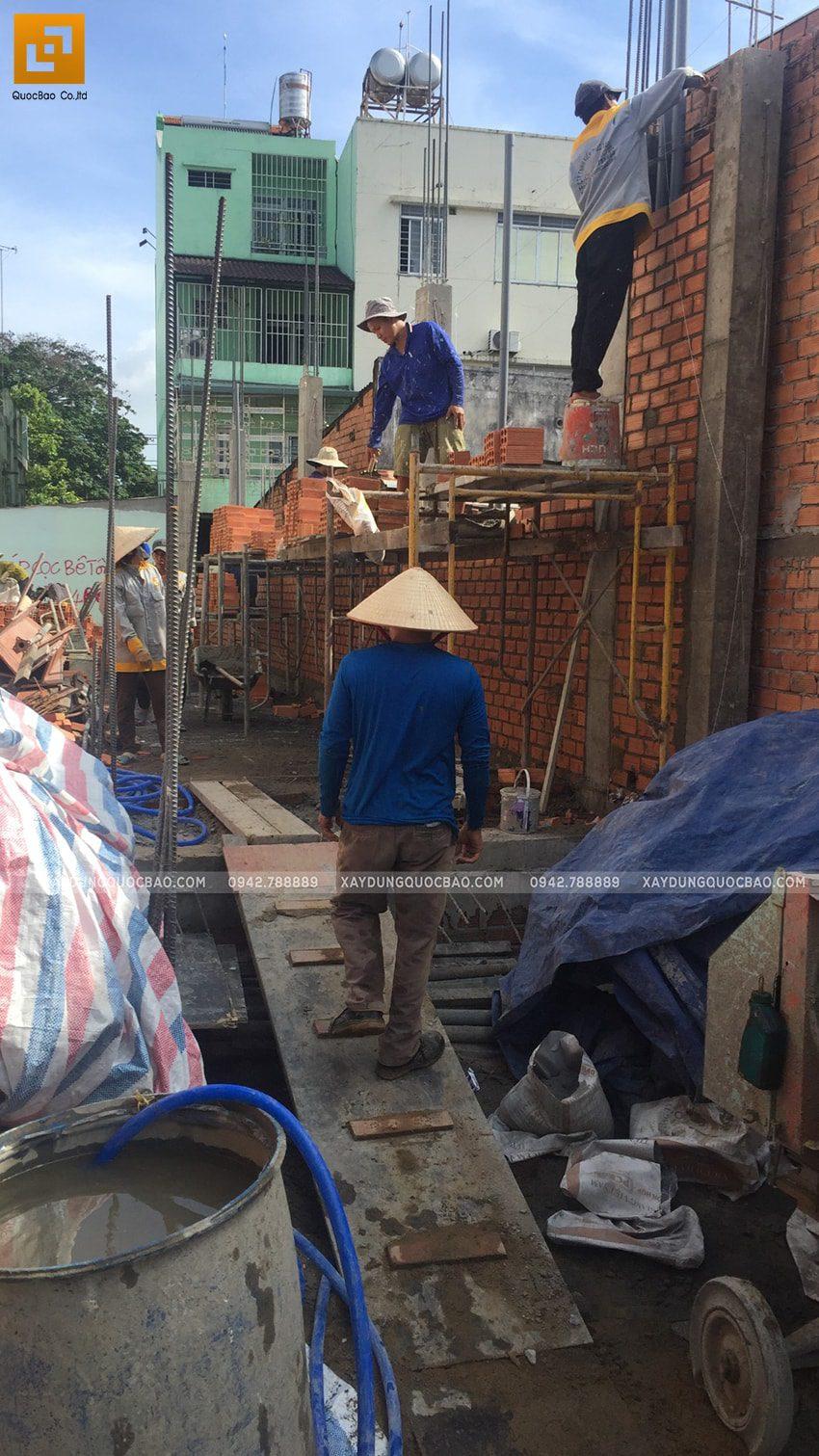Công nhân xây tường bao, tường ngăn ở tầng trệt - Ảnh 1