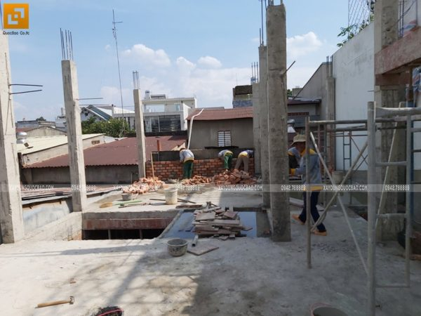 Hoàn thiện đổ bê tông cột trụ tại lầu 1