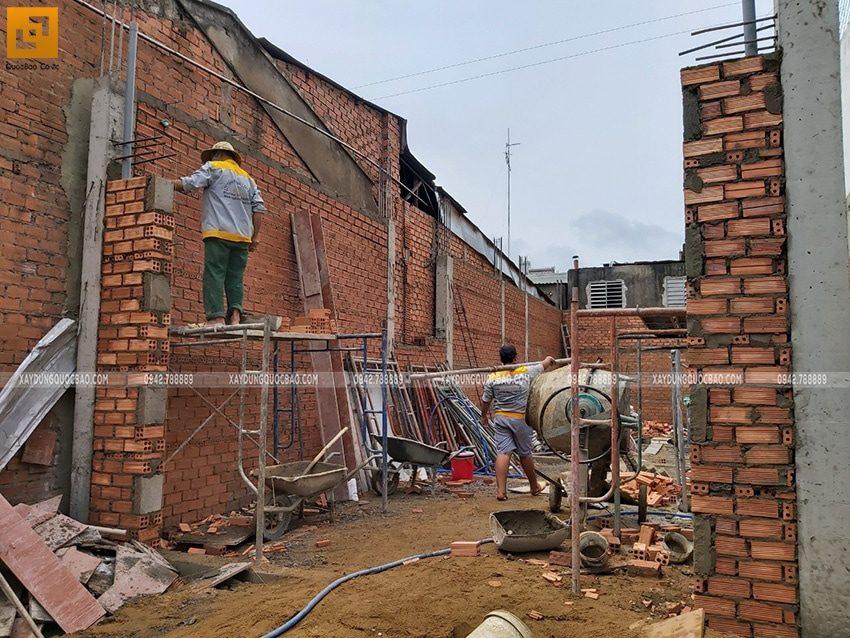 Công nhân xây tường bao tại tầng trệt