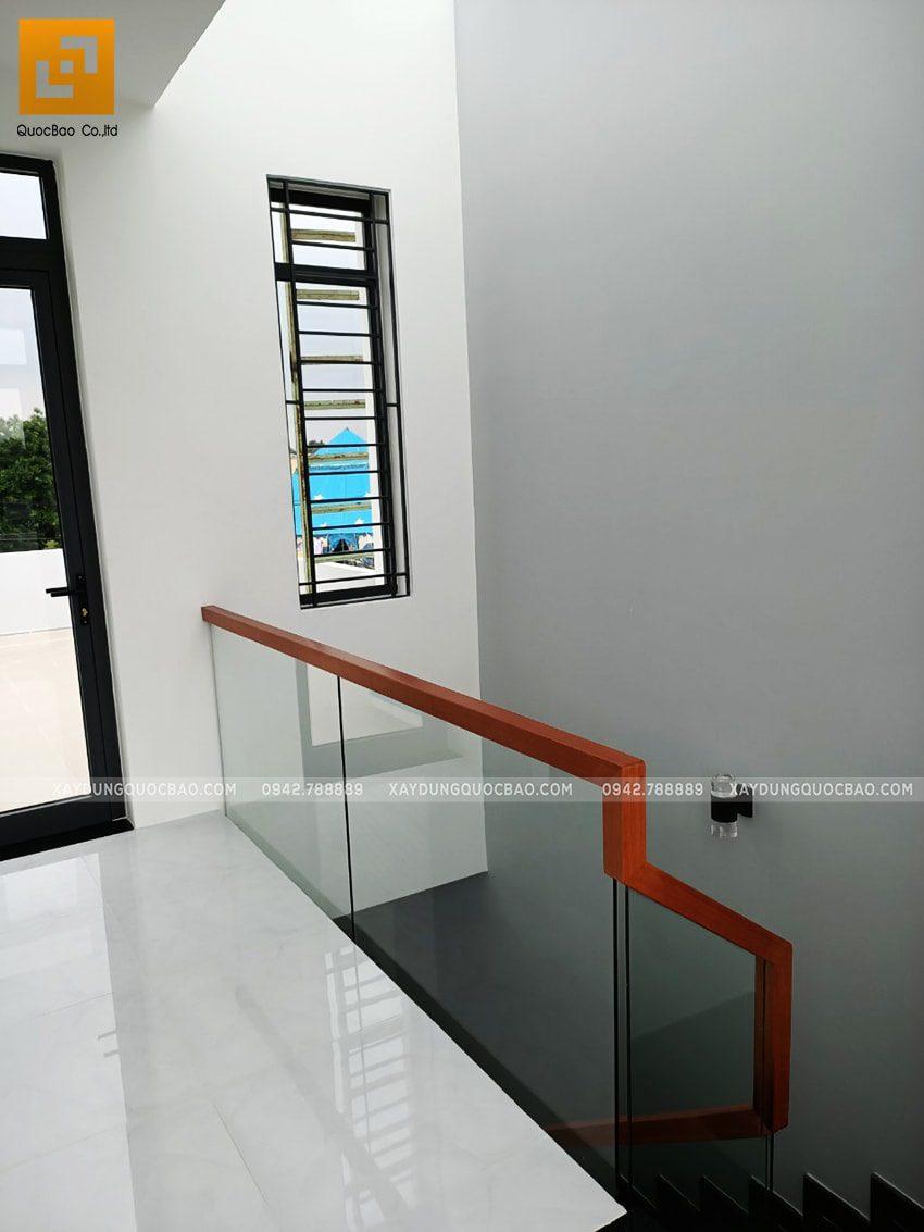 Hành lang dẫn ra sân thượng phía trước nhà