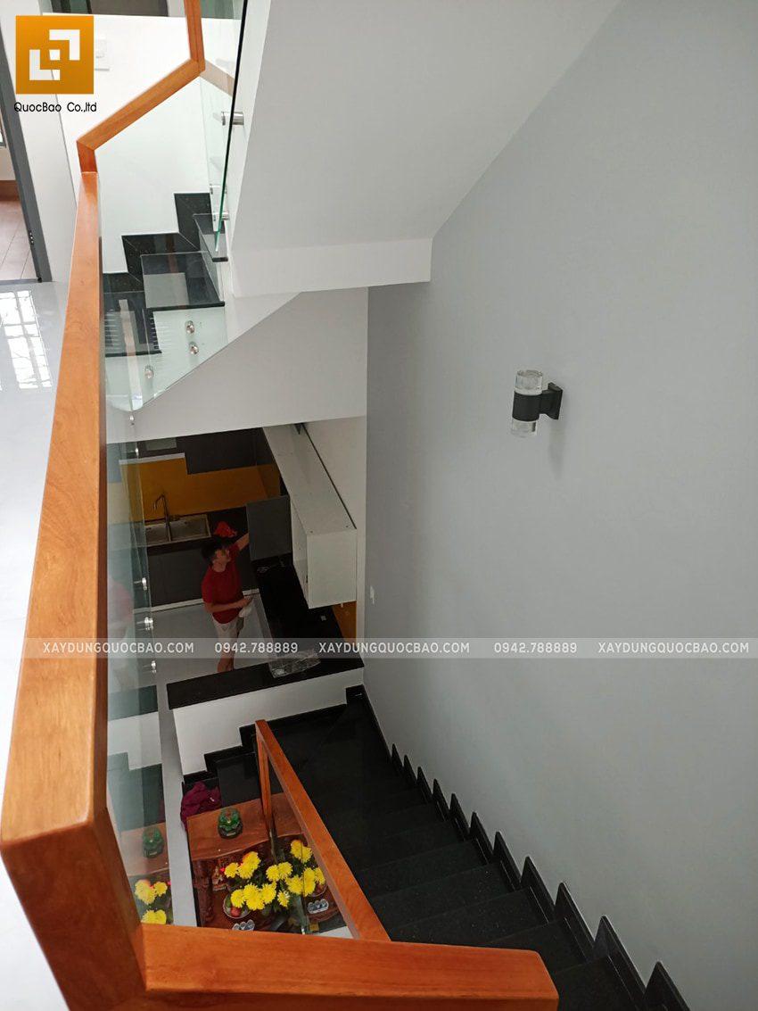 Cầu thang từ nhà bếp dẫn lên lầu 1