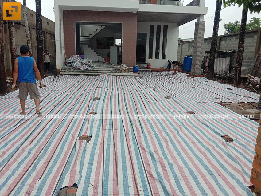 Phủ bạt lên khối công trình để tránh mưa