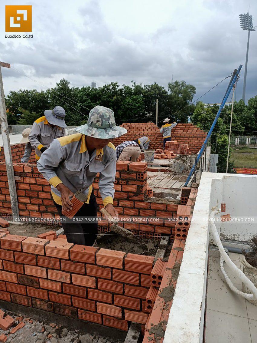 Thi công phần thô lầu 1 nhà mái thái chị Dung - Ảnh 5