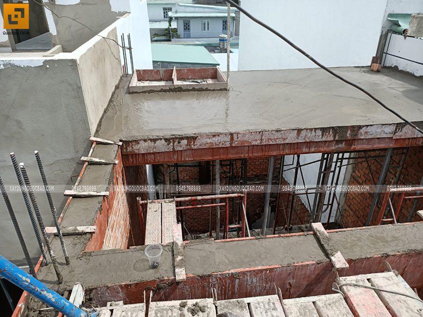 Thi công phần thô lầu 1 nhà mái thái chị Dung - Ảnh 4