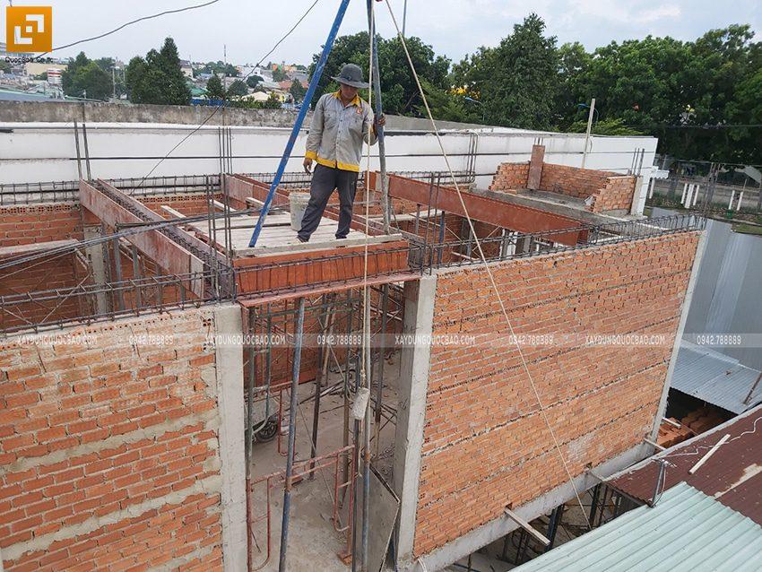 Thi công phần thô lầu 1 nhà mái thái chị Dung - Ảnh 2