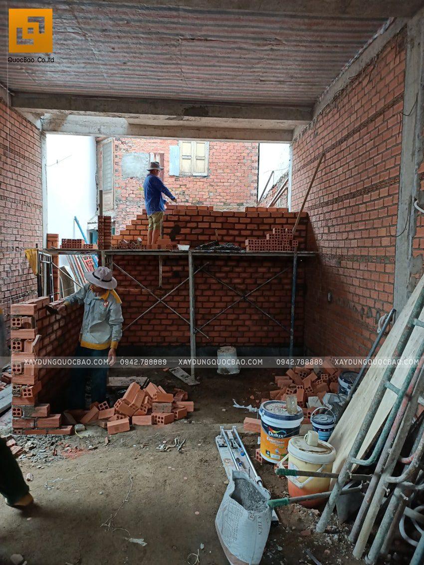 Thi công xây tường ngăn các phòng trong nhà