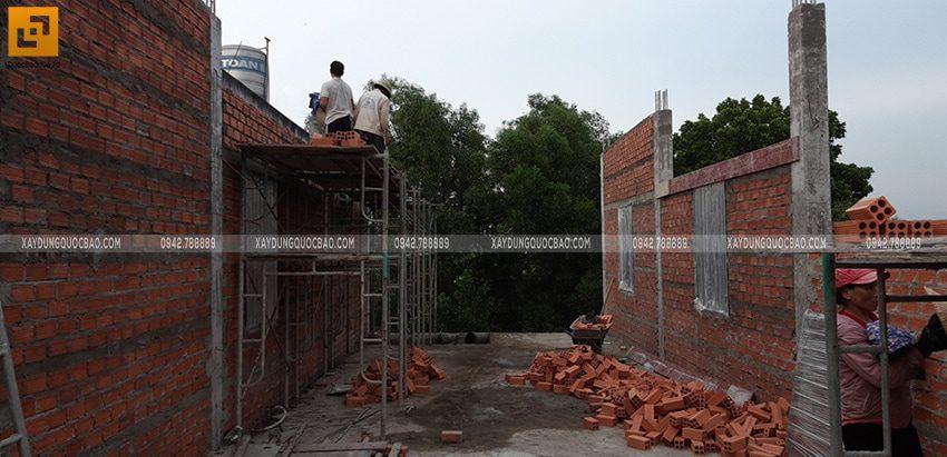 Công nhân đang xây tường lầu 1 - Ảnh 1