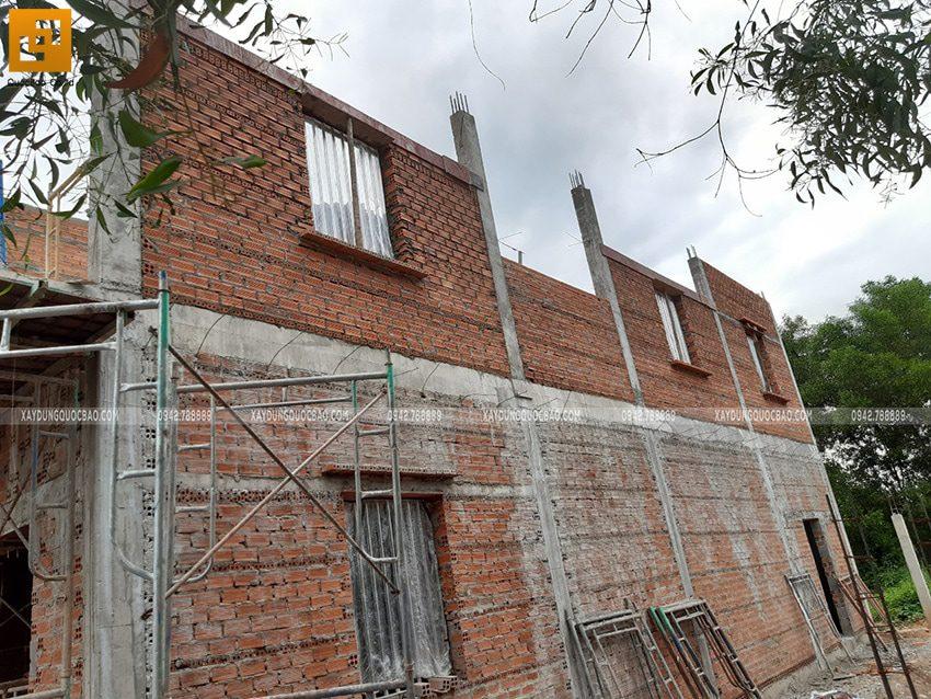 Công nhân đang xây tường lầu 1 - Ảnh 2