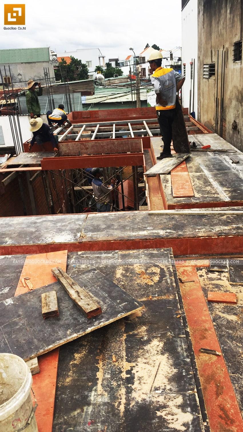 Lắp đặt ván cofa dầm, sàn lầu 1 nhà anh Hùng - Ảnh 3