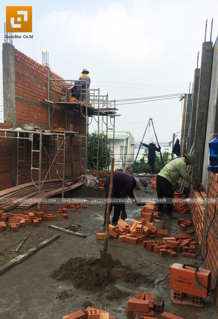 Công nhân thi công xây tường bao của ngôi nhà - Ảnh 2